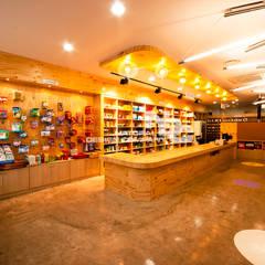 전주인테리어-전주약국인테리어 봄빛 약국: 내츄럴디자인컴퍼니의  상업 공간