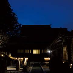 Salones de eventos de estilo  por 東京デザインパーティー|照明デザイン 特注照明器具