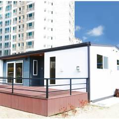 심플함이 포인트가 되는 전원주택: 공간제작소(주)의  발코니