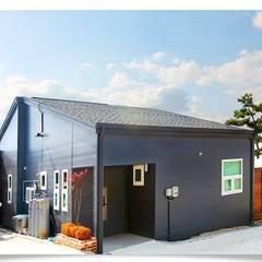 마당에 자연을 담은 전원주택: 공간제작소(주)의  주택