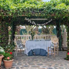 Villa Maribel : Terrazas de estilo  de Bhoga Home Staging