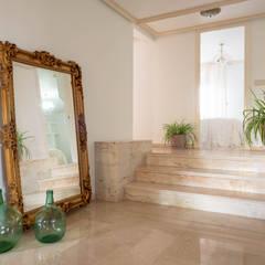 Villa Maribel : Pasillos y vestíbulos de estilo  de Bhoga Home Staging