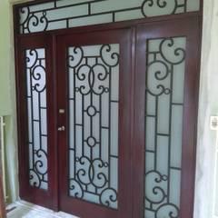 Puertas principales de estilo  por Herrería CHS