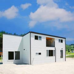 센스있는 심플함, 예쁜전원주택으로: 공간제작소(주)의  발코니