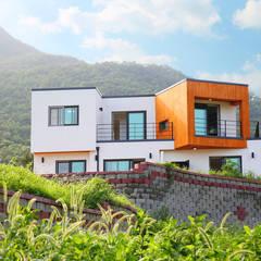 고급전원주택을 합리적으로 지은 주택: 한글주택(주)의  전원 주택