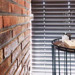 안방&베란다&폴딩도어&휴식공간(산운마을9단지대방노블랜드 24평 인테리어): 블랑브러쉬의  방