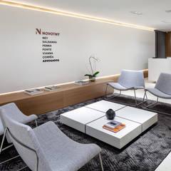 : Espaces commerciaux de style  par B.co Arquitetura