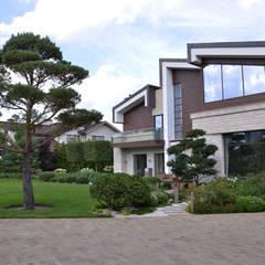 Вилла с садом в стиле модерн. КП Бенелюкс. 2012 г: Передний двор в . Автор – ARCADIA GARDEN Landscape Studio
