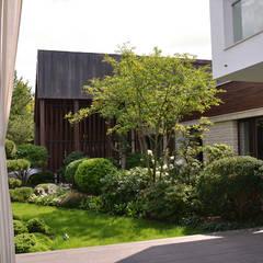 Вилла с садом в стиле модерн. КП Бенелюкс. 2012 г: Гаражи в . Автор – ARCADIA GARDEN Landscape Studio