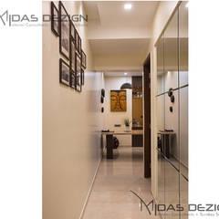 Pasillos y hall de entrada de estilo  por Midas Dezign