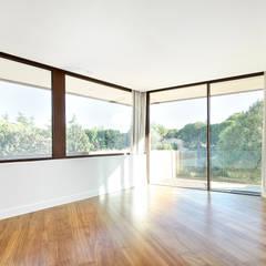 Arquitectura minimalista en Madrid: Comedores de estilo  de Otto Medem Arquitecto vanguardista en Madrid