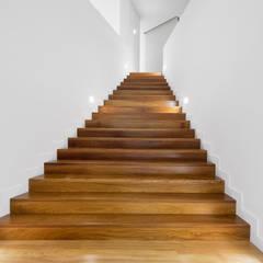 Escaleras de estilo  por Otto Medem Arquitecto vanguardista en Madrid, Minimalista Madera maciza Multicolor