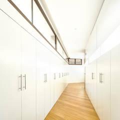 Dressing room by Otto Medem Arquitecto vanguardista en Madrid,
