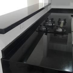 Cocina con granito negro absoluto: Cocinas integrales de estilo  por planet stone sas