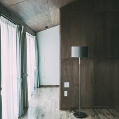 FUTATSUYANAGI  HOUSE: 株式会社シーンデザイン建築設計事務所が手掛けた小さな寝室です。