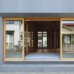 Wooden windows by 建築設計事務所 可児公一植美雪/KANIUE ARCHITECTS, Minimalist Wood Wood effect