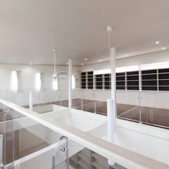 モダンで吹抜け鉄骨階段のある家: 八木建設株式会社が手掛けた書斎です。,モダン