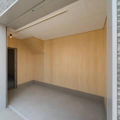 Puertas de garajes de estilo  por 八木建設株式会社,