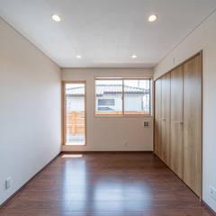 長期優良住宅で安心な薪ストーブのある家: 八木建設株式会社が手掛けた書斎です。,モダン