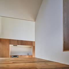 Cocinas pequeñas de estilo  por 建築設計事務所 可児公一植美雪/KANIUE ARCHITECTS