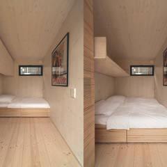 Futteralhaus – ein vorgefertigtes, ökologisches, netzunabhängiges Minimalhaus:  Kleines Schlafzimmer von Transstruktura - Architektur Stadt Objekt