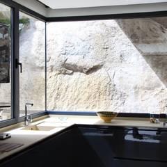 Arquitectura para el bienestar en Madrid: Cocinas integrales de estilo  de Otto Medem Arquitecto vanguardista en Madrid