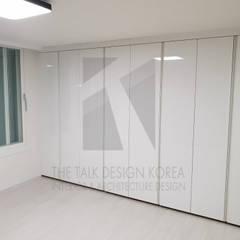 안방: 더톡디자인(The talk design)의  방