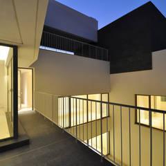 Proyecto de diseño y construcción de 6 casas unifamiliares adosadas de dos pisos : Terrazas de estilo  de AGi architects