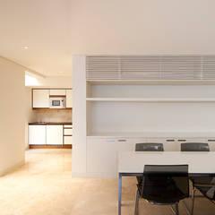 مطبخ ذو قطع مدمجة تنفيذ AGi architects arquitectos y diseñadores en Madrid,