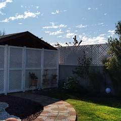 Treillage Las Americas para utilizar como quiebra vista: Terrazas  de estilo  por Constructora Las Américas S.A.