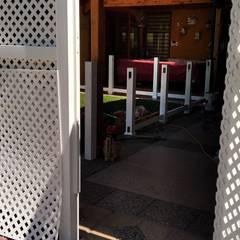 Quiebra vista con Treillage de PVC: Puertas de estilo  por Constructora Las Américas S.A.