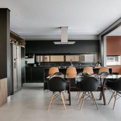 Residência FP: Armários e bancadas de cozinha  por Perotto E Fontoura Estúdio de Arquitetura,Minimalista