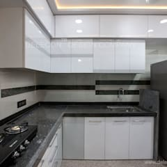 MR.GIRIDHAR GORE'S DUPLEX RESIDENCE AT KHARGHAR:  Built-in kitchens by DELECON DESIGN COMPANY