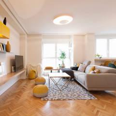 Proyecto de interiorismo y decoración en un apartamento en Madrid: Salones de estilo  de Interioristas Dimeic, diseñadores y decoradores en Madrid
