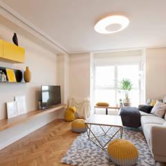 Ruang Keluarga oleh Interioristas Dimeic, diseñadores y decoradores en Madrid, Modern