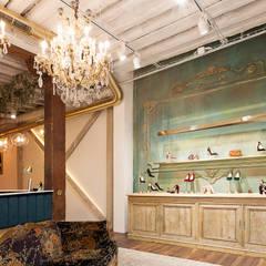 Proyecto comercial, diseño y decoración de una tienda de zapatos en Madrid por Dimeic: Oficinas y Tiendas de estilo  de Interioristas Dimeic, diseñadores y decoradores en Madrid