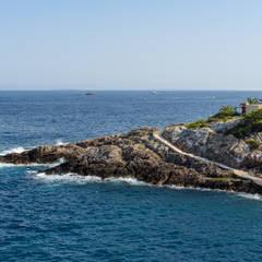 Proyecto de diseño, obra e interiorismo de una casa de verano en frente del mar: Villas de estilo  de Estatiba construcción, decoración y reformas en  Ibiza y Valencia