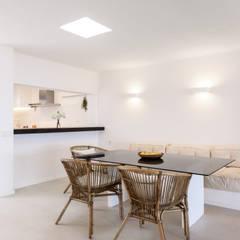 Dining room by Estatiba construcción, decoración y reformas en  Ibiza y Valencia