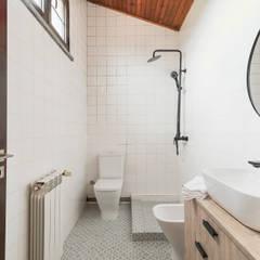 A Casa do Campo: Casas de banho  por Rima Design,Rústico