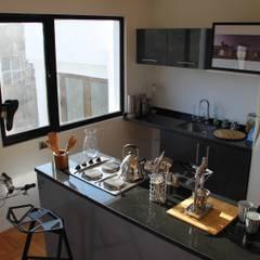 Edificio de viviendas y oficinas en Providencia: Cocinas pequeñas de estilo  por INFINISKI