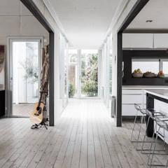 Vivienda Eco Tarifa: Pasillos y hall de entrada de estilo  por INFINISKI