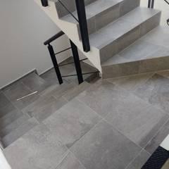 DEPARTAMENTOS RAMOS MILLAN: Escaleras de estilo  por Grupo Viesa, Minimalista Concreto