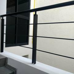 DEPARTAMENTOS RAMOS MILLAN: Escaleras de estilo  por Grupo Viesa, Minimalista Metal