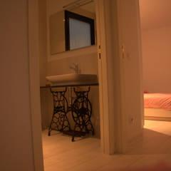 Diseño de Casa Eco Menta: Baños de estilo  por INFINISKI