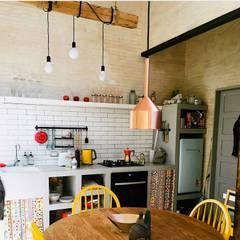 Refugio Infiniski  en el campo: Cocinas pequeñas de estilo  por INFINISKI