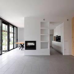 Diseño y construcción de una casa de bajo consumo en Sant Cugat del Vallès : Salones de estilo  de LaBoqueria Taller d'Arquitectura i Disseny Industrial