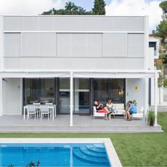 Diseño y construcción de una casa de bajo consumo en Sant Cugat del Vallès : Casas unifamilares de estilo  de LaBoqueria Taller d'Arquitectura i Disseny Industrial
