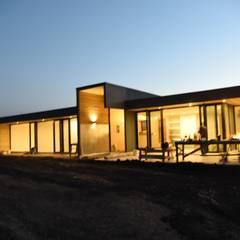 Casa Hijuelas: Casas unifamiliares de estilo  por MMAD studio - arquitectura interiorismo & mobiliario -,