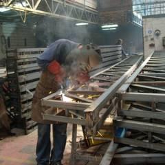 NAVE INDUSTRIAL & ESTRUCTURAS METALICA: Azoteas de estilo  por P&S Global Mining SAC,