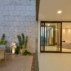Terrace house by ROMÃO PONTES ARQUITETURA LTDA
